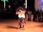 Mujer bonita bailando bachata